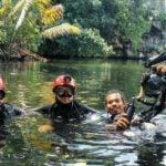 Dari kanan: dive guide bersama dua diver mancanegara yang menikmati, mengeksplor wisata gua Buteng